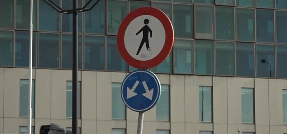Verbodsbord-voor-voetgangers-aan-het-begin-van-de-busbaan-Foto-Omroep-Gelderland